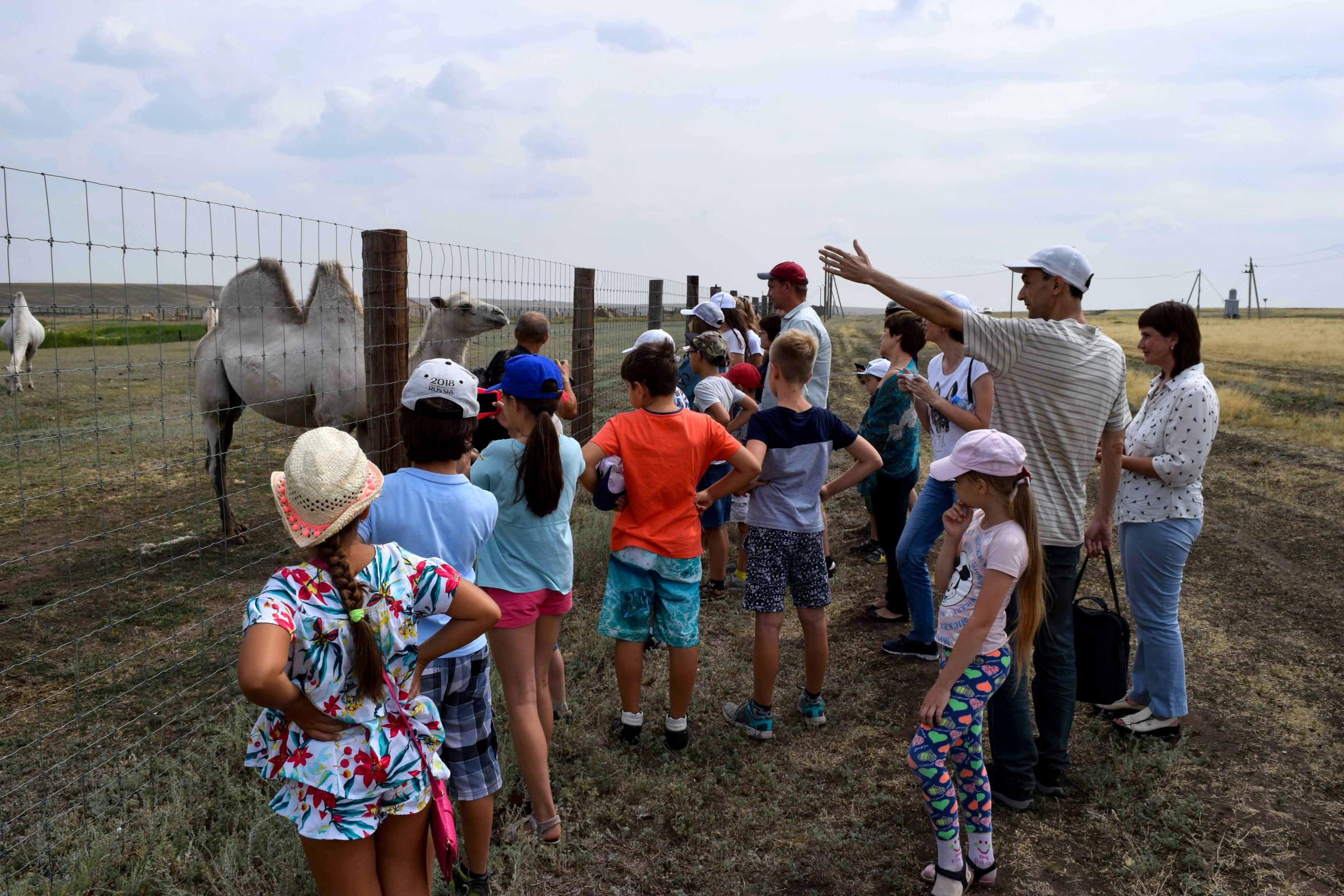 Григорий Казачков рассказывает учащимся о жизни обитателей степей