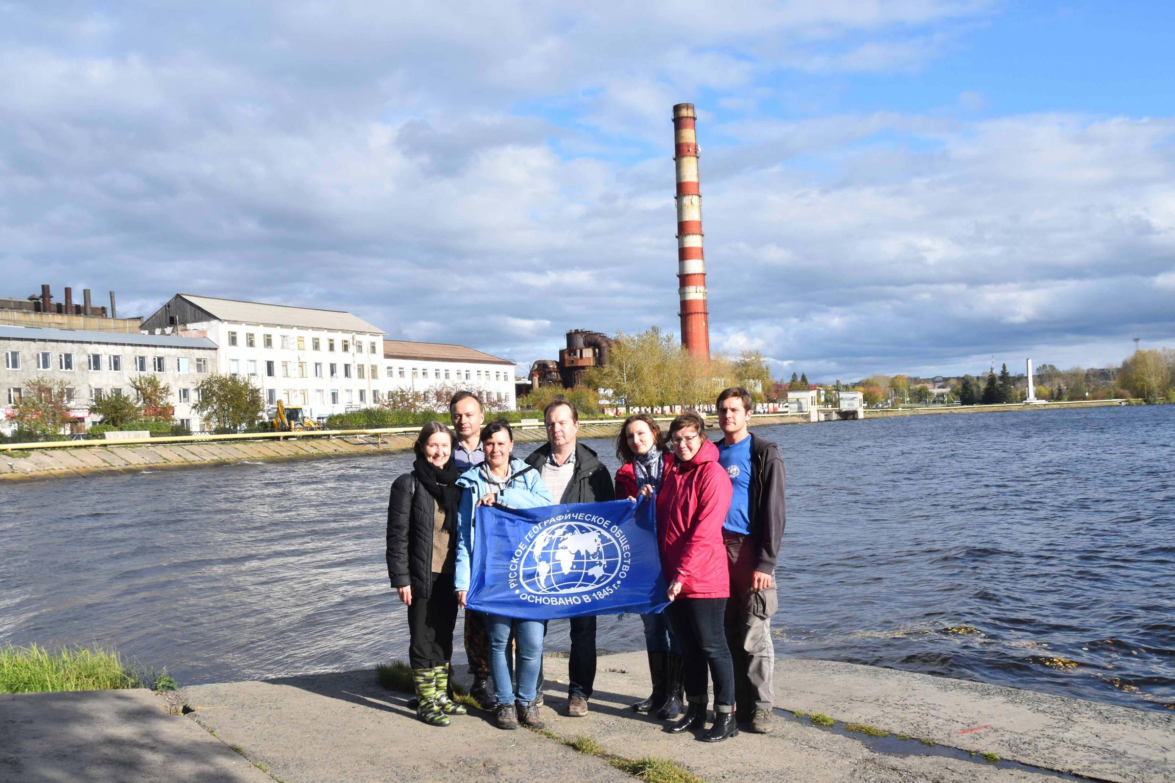 Участники экспедиции на фоне Режевского завода