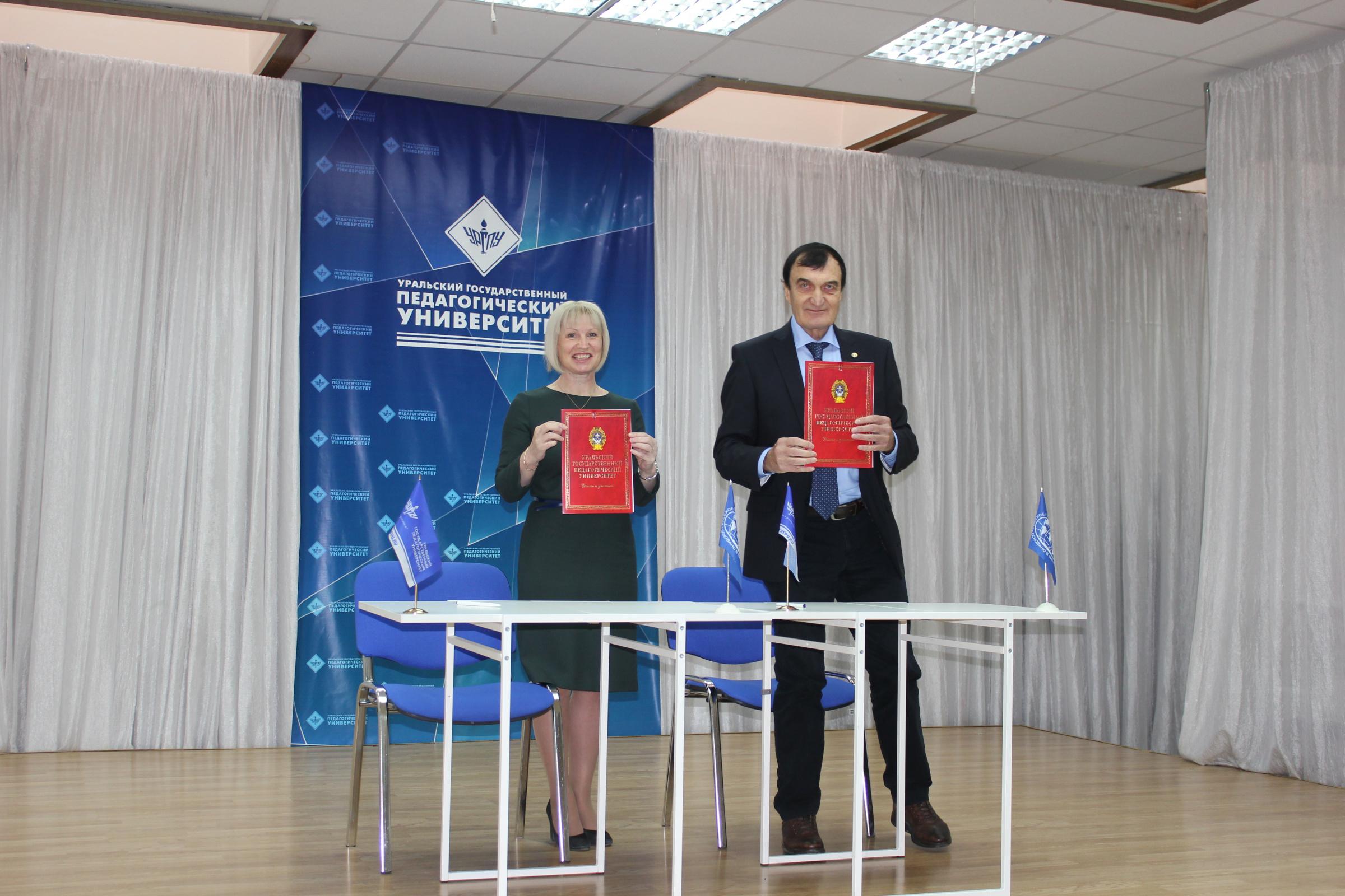 Председатель Свердловского областного отделения РГО Светлана Минюрова и академик Александр Чибилев