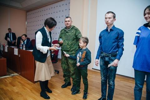 Т.И. Герасименко вручает призы победителям викторины в ОГУ. Фото: Пресс-центр ОГУ