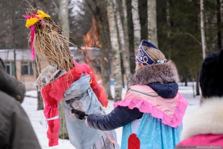 Своими руками дети смастерили чучело, которое сожгли в кульминации праздника