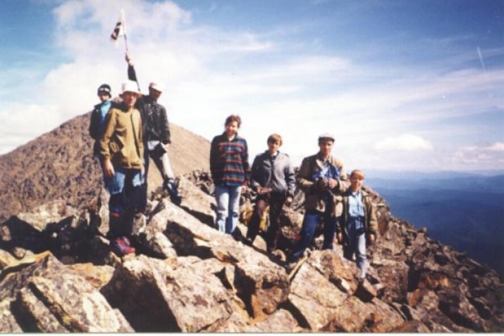 Знамя Мира на вершине священной пятиглавой горы Борус в Саянах (1988)