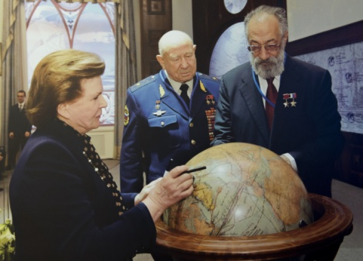 The ceremony of signing the American «The Globe of pilots and researchers». Photo by the press-service of the Russian Geographical Society