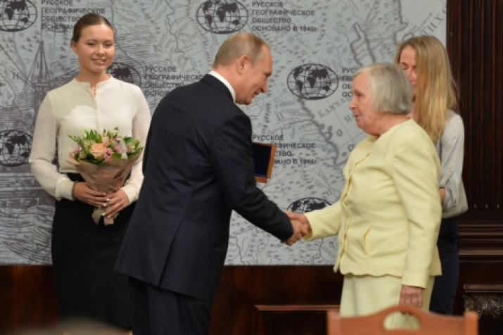 Chairman of the Board of Trustees Vladimir Putin and professor, doctor of ethnology Ulla Johansen. Photo by the press service of the Society.