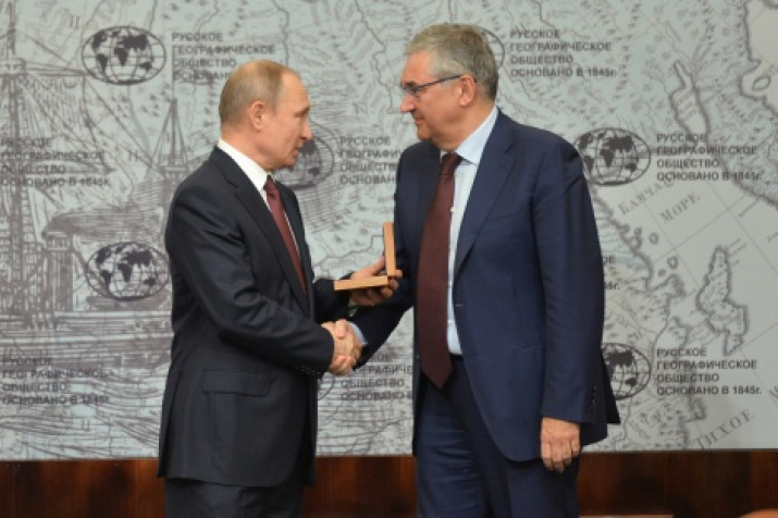 Chairman of the Board of Trustees Vladimir Putin and General Director of VGTRK Oleg Dobrodeyev. Photo by the press service of the Society.