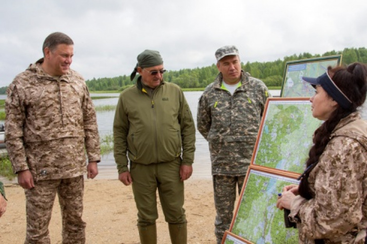 . L. Vorobyov (on the left), an experienced leader of expeditions. Photo from the Vologda regional branch of the Society