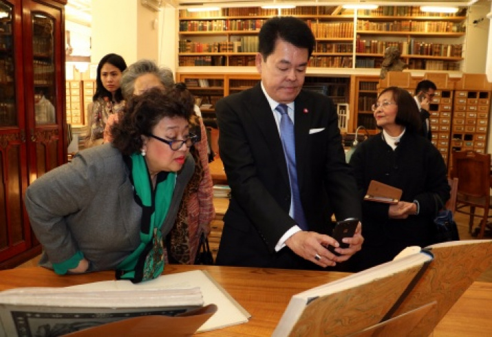 President of the Siam Society P. Krairiksh, Ambassador Extraordinary and Plenipotentiary of the Kingdom of Thailand to the Russian Federation T. Upatising in the scientific library of the Society Photo by: Tatiana Nikolaeva