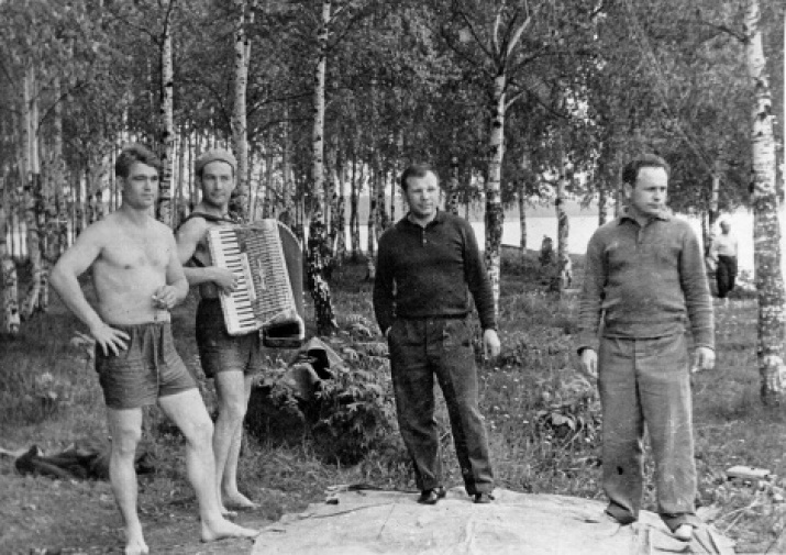 From the family album. The first Soviet cosmonauts Yuri Gagarin, Alexei Leonov, Boris Volynov and Viktor Gorbatko on a picnic in Dolgoprudny. Site: wikipedia.org