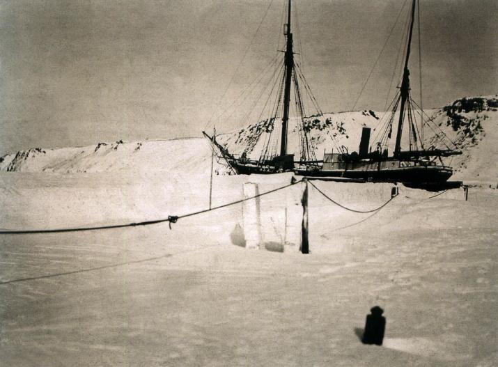 """Зимовка судна """"Святой мученик Фока"""" возле Новой Земли в 1912-1913 либо 1913-1914 годах. Источник: wikipedia.org"""