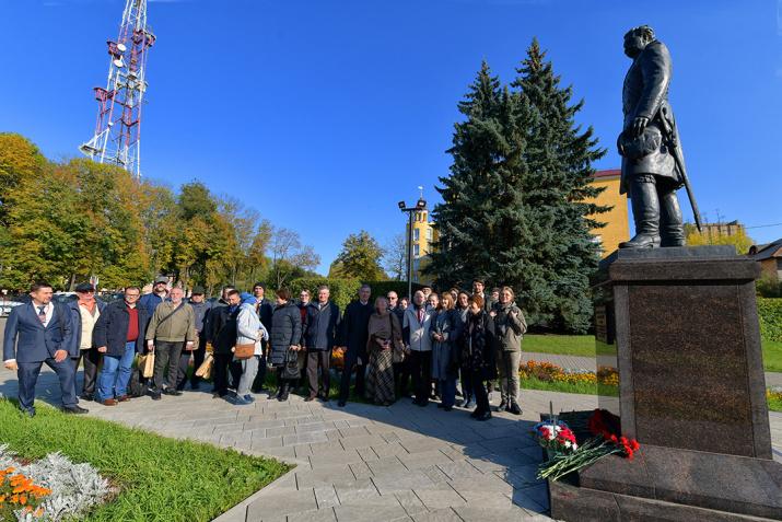 Возложение цветов к памятнику Н. Пржевальского. Фото: Геннадий Дубино