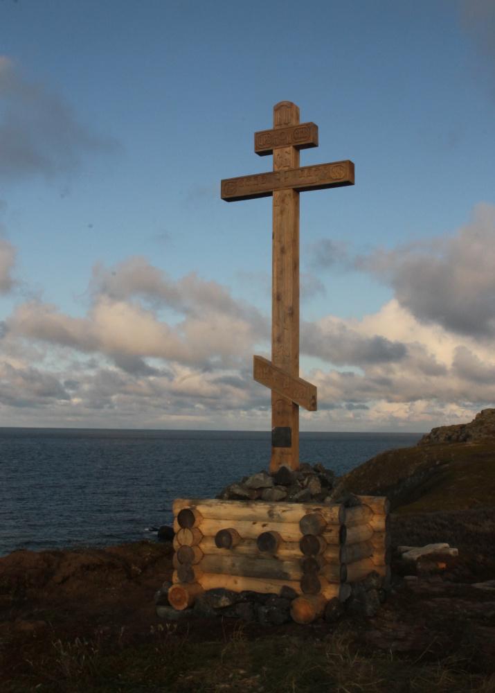 """Крест, установленный на месте часовни, освященной в честь Архангела Гавриила, построенной в 1876 г. в память о погибших в 1872 г. моряках со шхуны """"Самоед"""". Фото: Никита Кузнецов"""
