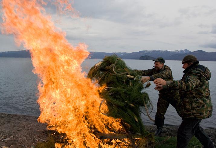 Уничтожение сетевых орудий браконьерства. Фото: Дмитрий Шпиленок