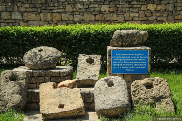 Найденный на месте камень с отверстием и в полтонны весом очень напоминает якоря из Дербента