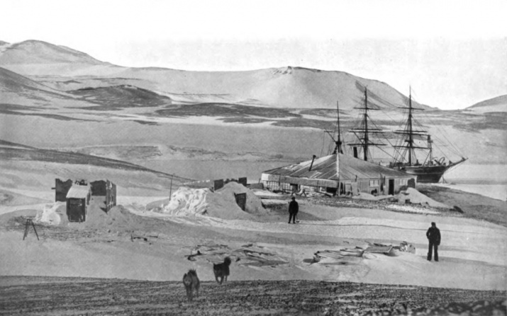 """Мыс Хат. Вид на магнитные павильоны, хижину Скотта и """"Дискавери"""". Источник: wikipedia.org"""