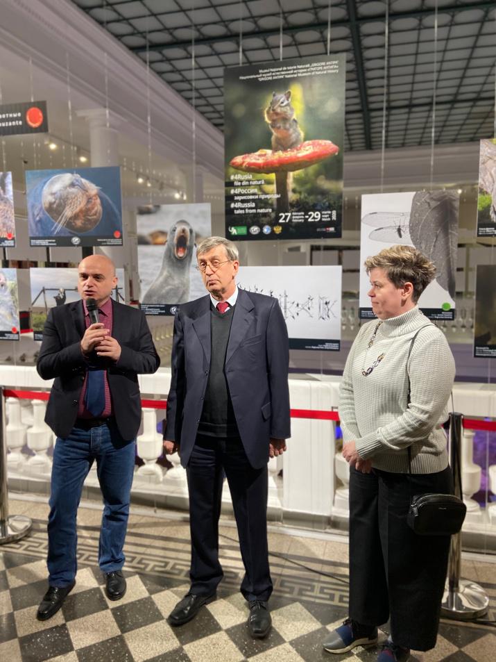 На фото (слева направо): директор Национального музея «Григоре Антипа» Луис Попа, посол РФ в Румынии Валерий Кузьмин, руководитель Российского центра в Бухаресте Наталья Муженникова