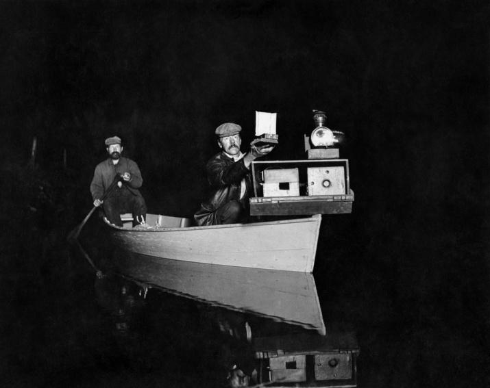 Джордж Ширас и его ассистент Джон Хаммер на борту их лодки, оборудованной импровизированной вспышкой. Озеро Вайтфиш, Мичиган, 1893. Фото с сайта rosphoto.com