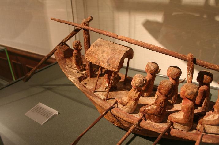 Модель египетской лодки из гробницы Херишеф-хотепа (Абусир, период IX или X династии, Египетский музей при Лейпцигском университете)