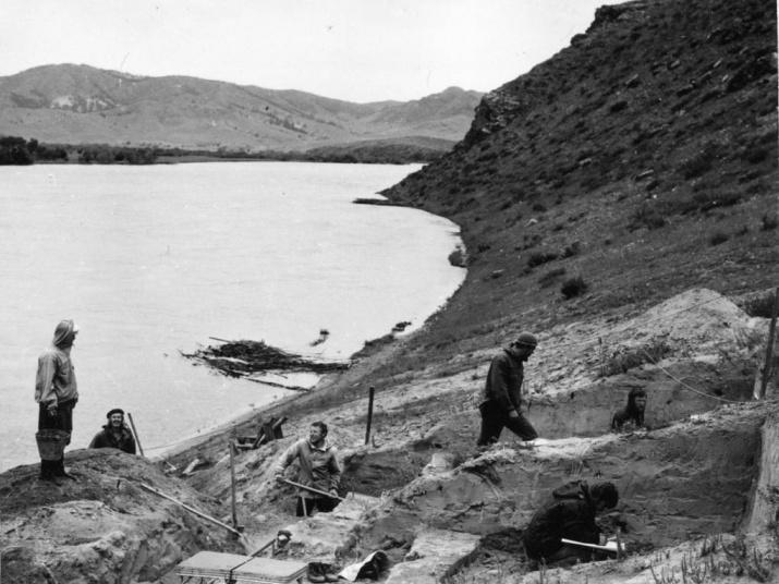 Раскопки стоянки Усть-Кяхта-3 на правом берегу Селенги, 1976 года. Фото: А.П. Окладников