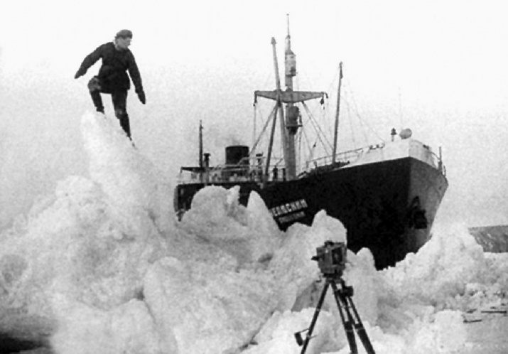 """Челюскин"" во льдах. 1933 год. Фото: wikipedia.org/Петр Новицкий"