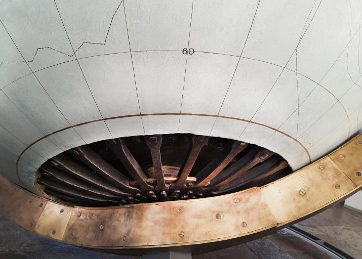 Нижняя часть наружного меридиана глобуса. Пунктиром отмечены маршруты Дж. Кука. Фото: Ольга Ладыгина