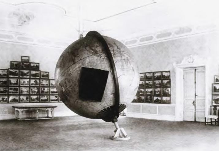 Глобус в здании Адмиралтейства в Царском Селе. Иллюстрация из книги Э. П. Карпеева «Большой Готторпский глобус»