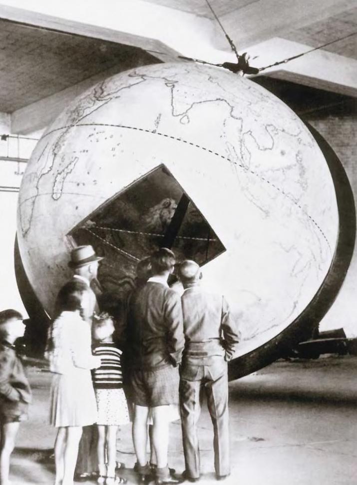Глобус, выставленный в Германии в помещении Любекской газовой компании в июне 1947 г., перед отправкой в Ленинград. Иллюстрация из книги Э. П. Карпеева «Большой Готторпский глобус»
