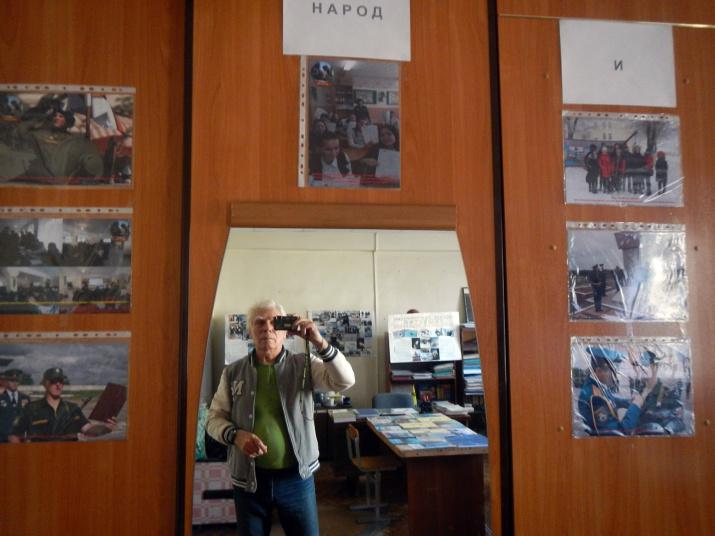 Петр Бухарицин делает репортаж о фотовыставке