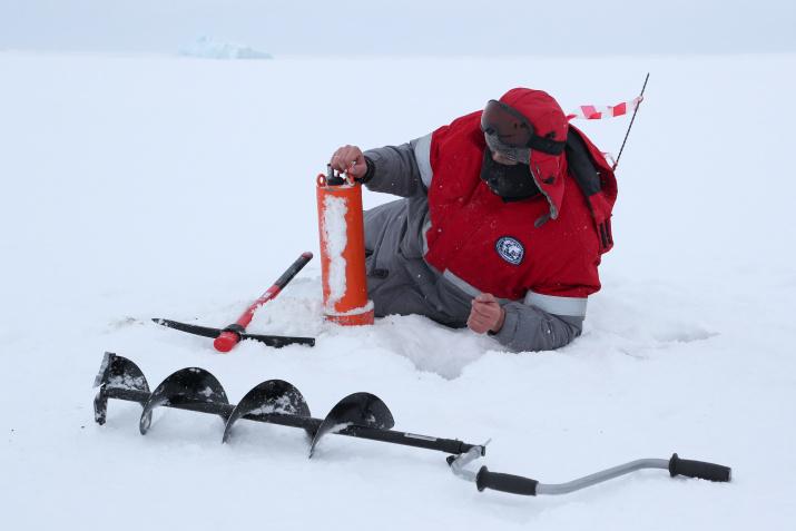 Пробы льда и воды, взятые во время экспедиции, будут тщательно изучаться в лучших лабораториях страны. Фото: Гавриил Григоров