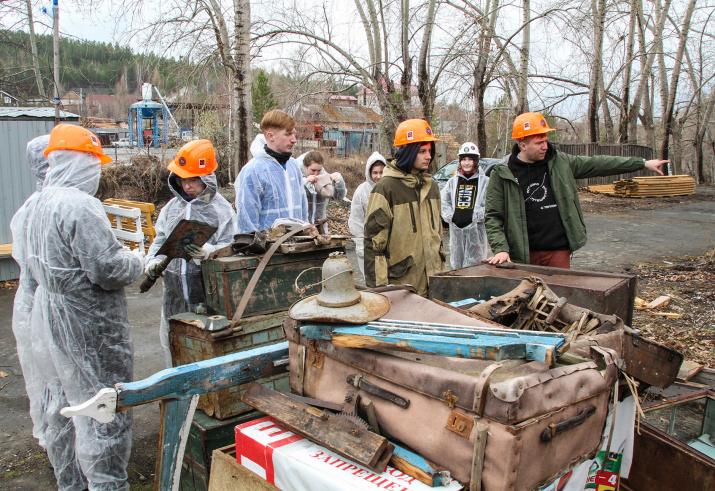 Волонтеры с артефактами. Фото: Вадим Осипов