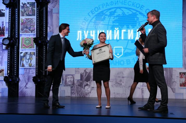 Валдис Пельш поздравляет Нину Смелкову, лучшего профессионального гида по версии РГО в 2017 году. Фото: Вадим Савицкий