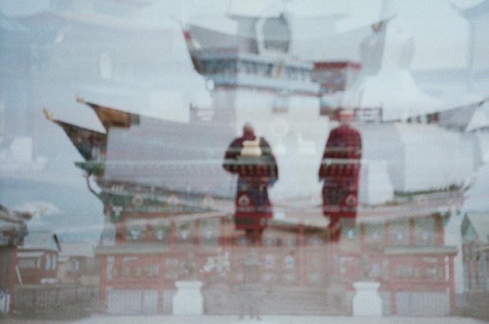 Монахи у входа в дацан. Фото: Анна Рахманко