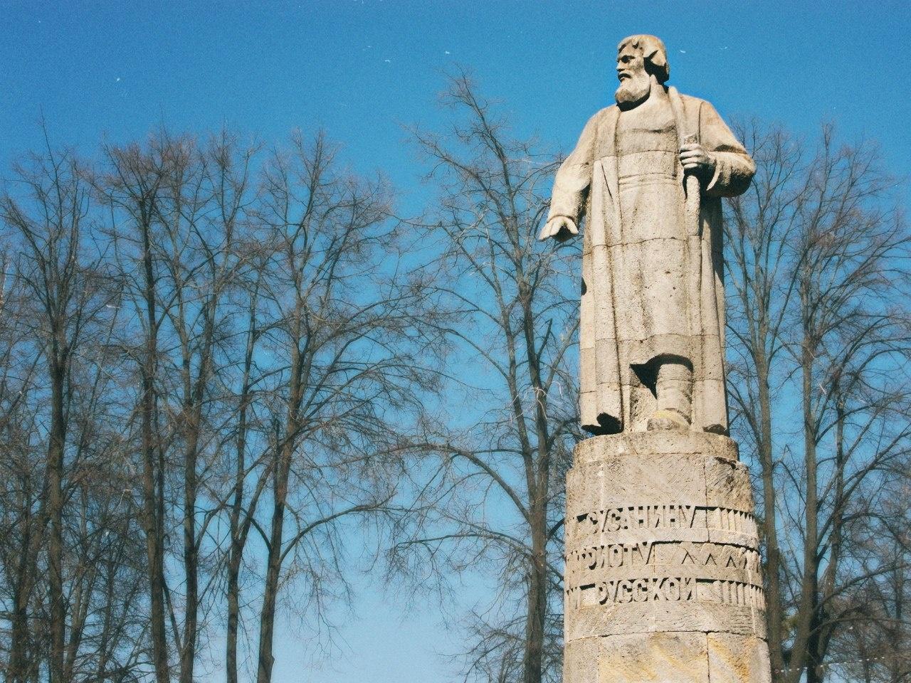 Есть ли памятник ивану сусанину в костроме памятники из гранита двойные с ангелом