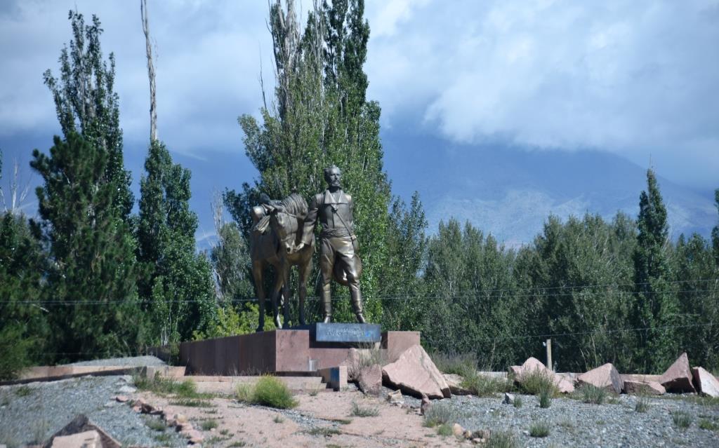 Памятник П.П. Семёнову-Тян-Шанскому на западном побережье озера Иссык-Куль