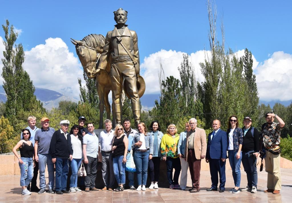 Участники Международного конгресса на фоне памятника П.П. Семёнову-Тян-Шанскому