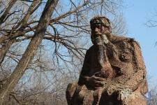 Памятник мифическому старцу Хопру