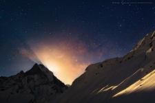 Вид из базового лагеря горы Аннапурна на восход луны над горой Мачапучре.