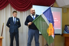 Дмитрий Шиллер передает флаг