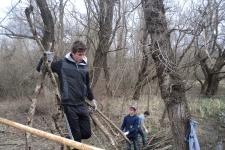 Очистка берега городского озера в Хадыженске