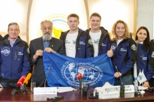 Artur Chilingarov with the expedition members
