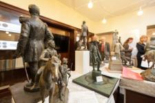 Жюри изучает макеты памятников