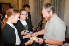 Гимназисты берут автограф у знаменитого путешественника. Фото предоставлено Санкт-Петербургским городским отделением РГО
