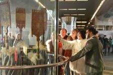 Советник Президента РГО по информационной политике Анастасия Чернобровина и посетители выставки. Фото: Николай Разуваев