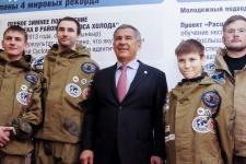 Рустам Минниханов c членами подводного отряда