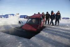 Два автомобиля утонули на глазах у спасателей!