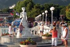 Экскурсии Ольги Шибаловой начинаются от памятника Белой невесте - символа Геленджика. Фото предоставлено Краснодарским региональным отделением РГО