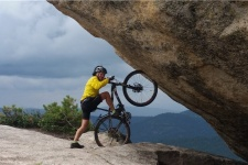 """В.Черников на велосипеде у """"Висячего камня"""". Фото предоставлено В.Черниковым"""