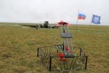 """Участники экспедиции установили памятный знак на месте аварийной посадки С-47 """"Дуглас"""". Фото: Оксана Прокопова"""