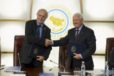 The Agreement of collaboration is being signed by Bernard Fautrier and Nikolay Kasimov. Photo by Nikolay Razuvayev