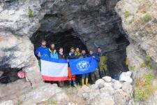 Члены экспедиции в одном из гроте исследуемого района (Фото Бирюков М., Макрушин Л.)