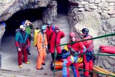 Участники экспедиции готовятся к подземным работам (Фото Гоморева Любовь)